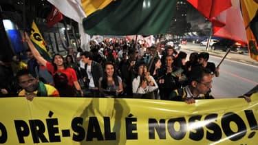 """""""Les pré-salifères sont à nous"""" ont protesté les travailleurs brésiliens, qui voient dans l'appel d'offre une privatisation des ressources pétrolières."""