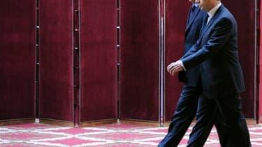 Selon un sondage CSA pour Le Parisien, la proportion de Français faisant confiance à Nicolas Sarkozy pour affronter les problèmes qui se posent à leur pays a progressé de trois points en un mois à 37%, tandis que le Premier ministre, François Fillon, gagn