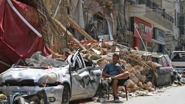 Un Libanais devant les ruines d'un bâtiment dans le quartier de Gemmayzé, dévasté par l'explosion au port de Beyrouth, le 12 août 2020