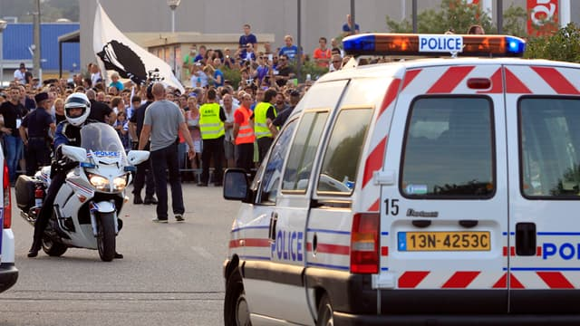 Les affrontements entre la police et les supporteurs ont blessé 44 policiers et gendarmes, le 9 août dernier.