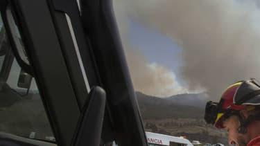 Quelque 200 personnes, six hélicoptères et un hydravion étaient mobilisés pour tenter de contrer la progression des flammes