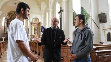 Le père Brummer héberge deux migrants.