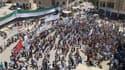 Manifestation contre Bachar al Assad à Bennish, près d'Idlib. L'opposition impute au régime du président syrien le massacre de Tremsa, dans le centre du pays, qui a fait jeudi 220 morts et accentué l'indignation des capitales occidentales. /Photo prise le