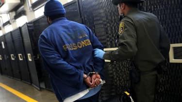 Un détenu condamné à mort est transféré par un officier de police, le 15 août 2016 à la prison de San Quentin en Californie. (Photo d'illustration)
