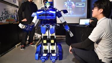 """""""J-deite RIDE"""" est un robot de 3,5 mètres de hauteur  et 700 kg qui se transforme en véhicule en quelques minutes."""