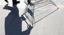 Selon l'enquête mensuelle de conjoncture de l'Insee auprès des ménages, le moral des consommateurs français s'est amélioré au mois de septembre avec un recul de leurs inquiétudes sur le chômage et la situation économique. /Photo d'archives/REUTERS/Eric Ga