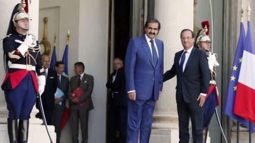 L'émir du Qatar en compagnie de François Hollande, le 22 août 2012, à l'Elysée