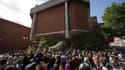 Des manifestants devant la mairie du quartier de Kensington, dont dépend la Grenfell Tower, le 16 juin 2017.