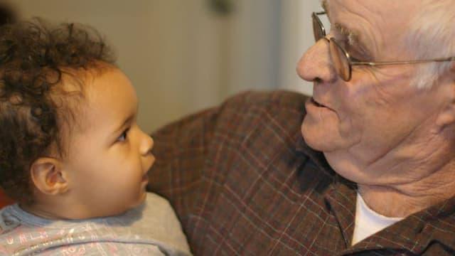 Un grand-père avec son petit-fils (Photo d'illustration)