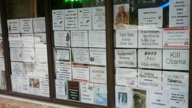 Capture d'écran d'une photo des affiches qui recouvrent la devanture du Mayhill Convenience Store publiée sur Twitter.