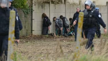 Les forces de l'ordre ont fait s'agenouiller une centaine de jeunes aux abords d'un lycée de Mantes-la-Jolie jeudi.