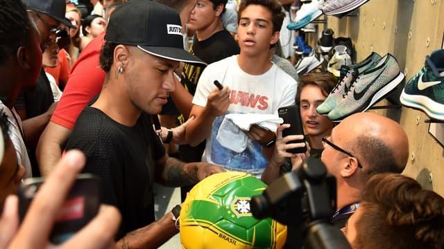 Neymar arrive au PSG