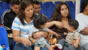 Des femmes et leurs enfants attendant d'être aidées par des volontaires, dans la ville frontalière de McAllen, au Texas, le 15 juin 2018