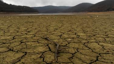 Le 22 janvier 2014, le lit asseché du lac Badovc, au Kosovo, qui alimente Pristina en eau.