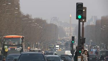 """Paris pendant un épisode de pic de pollution. Le passage en """"ZFE"""" doit permettre d'améliorer la qualité de l'air dans la capitale et dans différentes grandes villes françaises."""