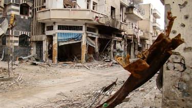 """Dans la vieille ville de Homs visée vendredi par l'armée syrienne. Damas a déclaré que le soulèvement entamé il y a un an en Syrie était désormais terminé, mais que les forces gouvernementales resteraient dans les villes pour y """"maintenir l'ordre"""", confor"""