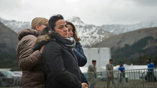 Des proches des victimes du crash de Germanwings se recueillent le 24 mars 2017 à Vernet, dans les Alpes de Haute-Provence