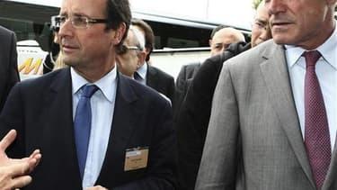 François Hollande et le président PS du conseil régional d'Aquitaine Alain Rousset. Trente ans après les lois Defferre du gouvernement Mauroy, le député de la 7e circonscription de Gironde réaffirme l'importance de l'autonomie régionale défendue par Franç