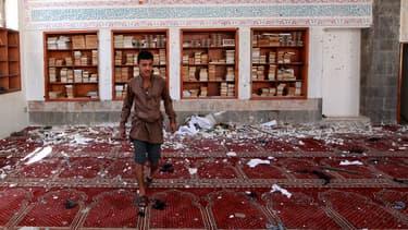 Un homme constate les dégâts dans la mosquée sud de Sanaa après le triple attentat-suicide, le 20 mars 2015