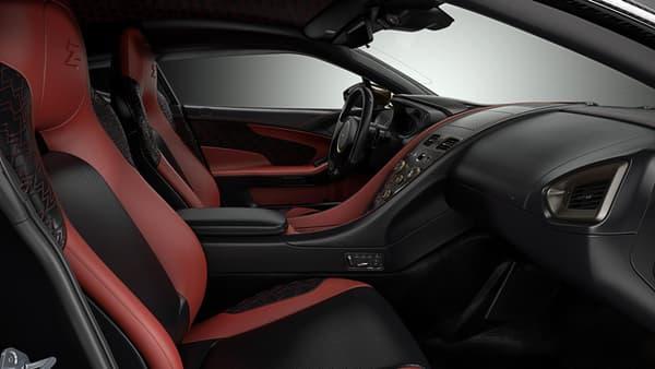 L'intérieur est composé de fibre de carbone et de cuir, du luxe sobre.