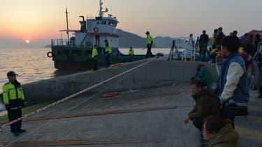 Des proches des disparus du ferry naufragé attendent des nouvelles, sur la jetée de l'île voisine de Jindo.