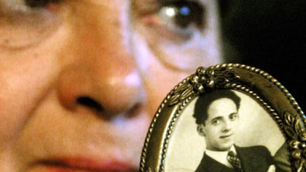 Charlotte Gal (ici en juin 2001) montre une photo de son père déporté vers les camps d'extermination nazis par la SNCF.