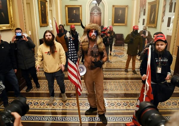Des partisans de Trump, dont Jake Angeli au centre, lors de leur intrusion au Capitole, le 06 janvier 2021 à Washington