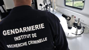Un gendarme de l'institut de recherche criminelle de la Gendarmerie (IRCGN), le 21 septembre 2009 à Montluçon.