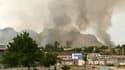 Colonne de fumée au-dessus d'un quartier résidentiel d'Och. Les affrontements ethniques entre Kirghizes et Ouzbeks dans la ville kirghize ont fait au moins 97 morts ces trois derniers jours et se sont intensifiés dimanche. /Photo prise le 12 juin 2010/REU
