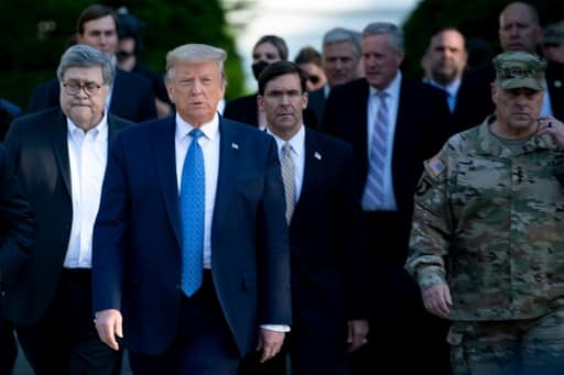 Donald Trump, entouré du ministre de la Justice William Barr (G), du ministre de la Défense Mark Esper (C), du chef d'état-major, le général Mark Milley (D), le 1er juin 2020 à Washington