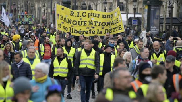 Des gilets jaunes manifestent sur les Champs-Elysées à Paris, le 2 mars 2019.