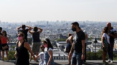 Des visiteurs portent des masques de protection dans le quartier de Montmartre, le 11 août 2020 à Paris