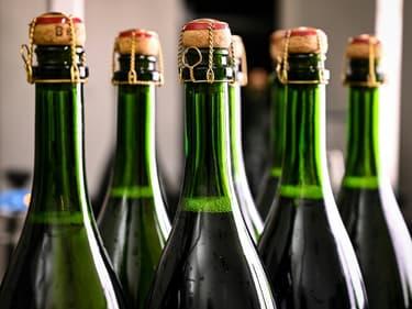 Des bouteilles de champagne sur une chaîne de contrôle qualité de la maison Bollinger, le 2 décembre 2020 à Ay, près d'Epernay, en France