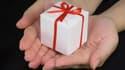 Si organiser un Secret Santa permet de créer un moment de convivialité au bureau lors de l'échange des cadeaux, il peut aussi provoquer quelques inquiétudes quand on ne sait pas quoi offrir à ses collègues.