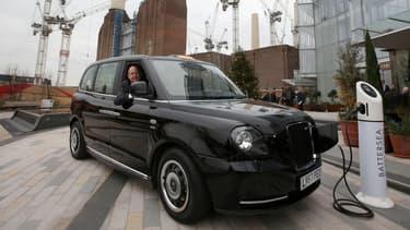 Les nouveaux taxis électriques peuvent rouler 80 miles (129 kilomètres) grâce à leur moteur électrique mais ils ont un générateur de réserve leur procurant 600 km d'autonomie.