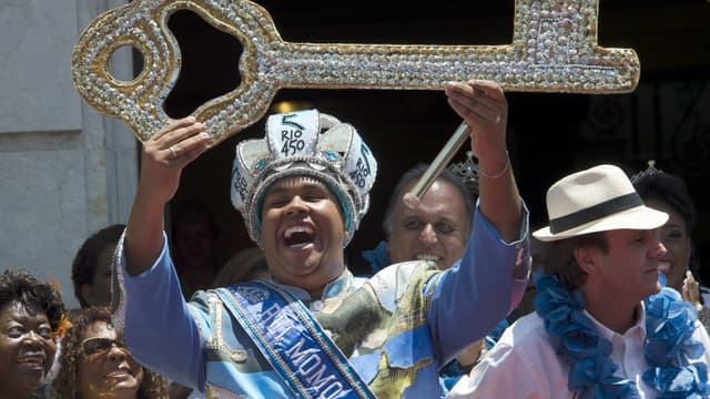"""Le gros """"roi Momo"""" règne officiellement sur Rio pour cinq jours de Carnaval."""