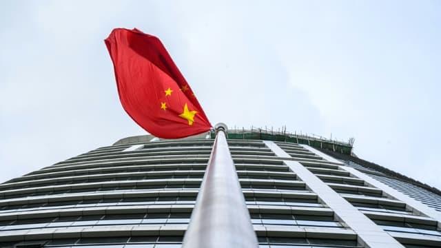 Un drapeau chinois flotte sur le nouveau bureau de défense de la sécurité nationale installé à Hong Kong, le 8 juillet 2020
