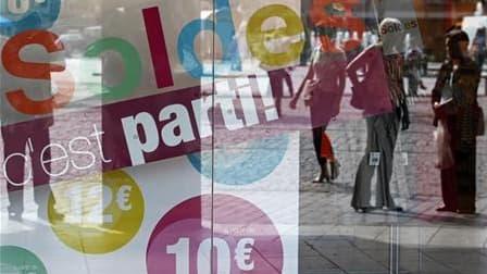 Le premier bilan des soldes d'été en France se révèle négatif pour les grandes enseignes d'habillement et les boutiques indépendantes, tandis que les grands magasins résistent et que les ventes sur internet continuent d'afficher d'insolents taux de croiss