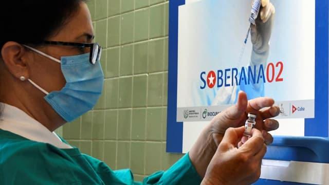Une dose du candidat vaccin Soberana préparée par une soignante à La Havane (Cuba) en mars 2021.