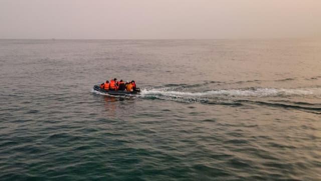 Des migrants à bord d'un bateau pneumatique traversnt la Manche depuis la France pour gagner l'Angleterre, le 11 septembre 2020