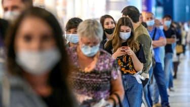 Des personnes attendent pour se faire vacciner contre le Covid-19 dans un centre commercial de Moscou, le 2 juillet 2021