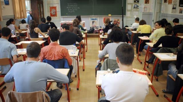 Des lycéens se concentrent, le 11 juin 2007, au centre d'examen Molière à Paris.