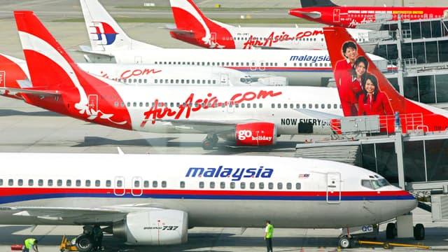 Des avions d'AirAsia et de la Malaysia Airlines dans l'aéroport de Kuala Lumpur, en 2006.