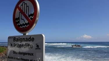 La plage de Saint-Leu de La Réunion, où la baignade est interdite, a été le théâtre de plusieurs attaques par des requins depuis quelques années