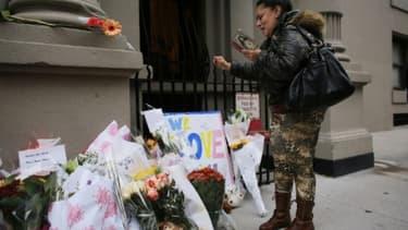 Des fleurs et des messages déposés devant le bâtiment où deux enfants ont été assassinés par leur nounou le 26 octobre 2012 à New York