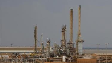 """Le port de Brega, en Libye. Le port pétrolier, jusqu'ici tenu par les insurgés, a été """"débarrassé des bandes armées"""", annonce dimanche la télévision libyenne, citant une source militaire. /Photo prise le 25 février 2011/REUTERS/Goran Tomasevic"""