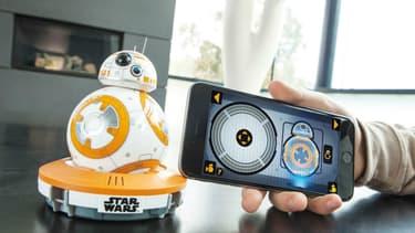 Le robot BB-8 commandé par iPhone créé par une start-up devrait être un des stars du sapin de Noël cette année.