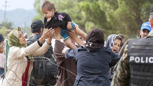 Des migrants essaient de passer la frontière entre la Grèce et la Macédoine le 22 août 2015.