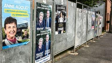 Des affiches de campagne pour le 1er tour des élections législatives, le 30 mai 2017 à Hénin-Beaumont (Nord).