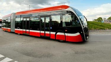 Le nouveau véhicule à hydrogène choisi par l'agglomération de Pau est un tram-bus de la firme belge Van Hool. Il est articulé et fait 18 mètres de long avec une capacité de 125·passagers et une autonomie de 300·kilomètres.